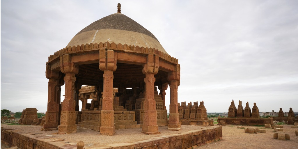 the-chaukhandi-tombs-from-karachi-pakistan-picture-id1178828567