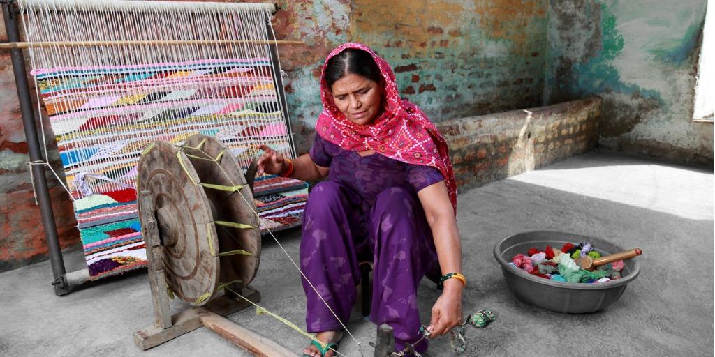 pakistani-women-weaving-textile-picture-